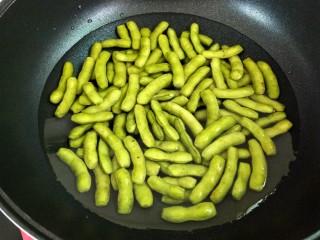 水煮毛豆,毛豆倒入锅中,加入没过食材的清水