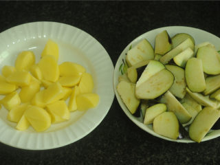 土豆炒茄子,将茄子洗净,去蒂,不必去皮,切成滚刀块,为了让他更入味,可以在中央切上几刀花刀。 土豆去皮洗净,也切成和茄子差不多大小的滚刀块。