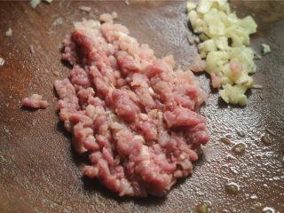 土豆炒茄子,猪肉切末,蒜切末