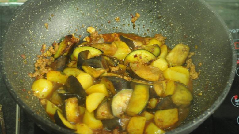 土豆炒茄子,放入茄子和土豆,翻炒均匀