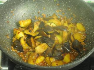 土豆炒茄子,加入老抽调色,最后将汤汁收浓即可