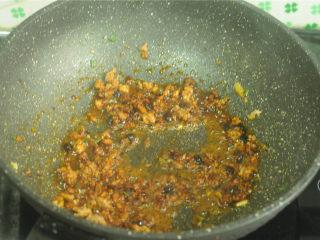 土豆炒茄子,加料酒、白糖、生抽、甜面酱
