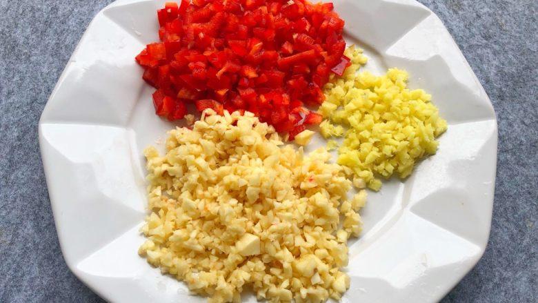 避风塘炒蟹,生姜、蒜头、红椒切末,越细越好