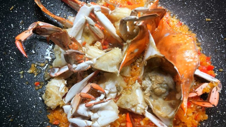 避风塘炒蟹,放入炸好的蟹块翻炒均匀即可