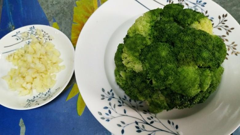 蒜蓉西兰花,然后把碗倒过来造型就好了,蒜切沫备用