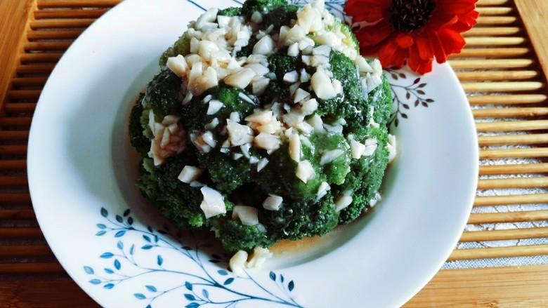 蒜蓉西兰花,最后在浇汁在码好的西兰花就好了,少油少盐,健康减脂,营养丰富。