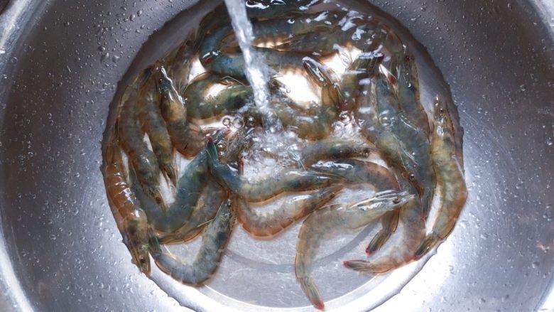 茄汁大虾,然后冲洗干净,沥干水分备用。