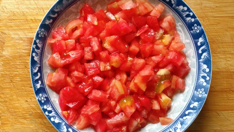 茄汁大虾,然后切成小丁备用。