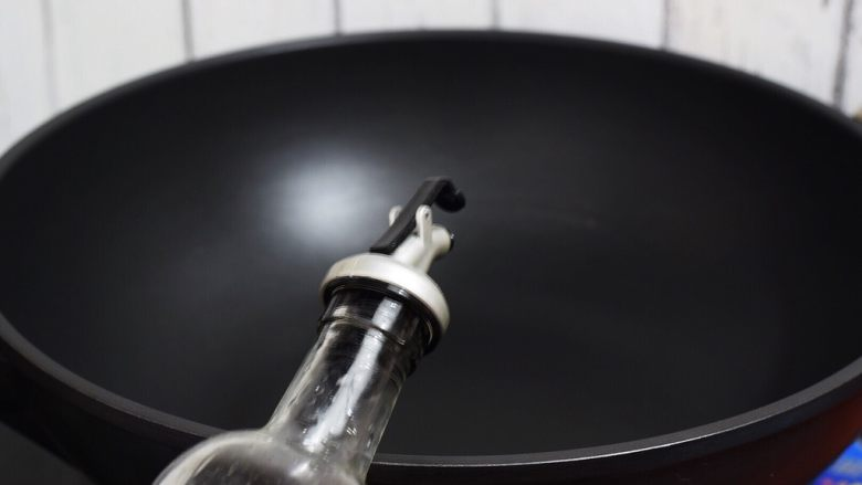 杏鲍菇小炒肉,锅中倒入适量的食用油烧热