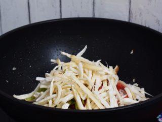 杏鲍菇小炒肉,放入杏鲍菇翻炒至杏鲍菇变软