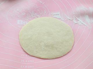 发面红糖饼,取一个松弛好的面剂子擀成中间厚边缘薄的饼皮