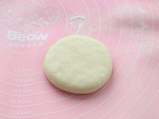 发面红糖饼,再将包好馅料的饼胚翻过来,收口朝下轻轻按扁