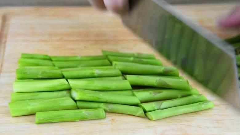 芦笋炒龙利鱼柳—清淡爽口,营养又美味,芦笋切除根部老根,刮掉表层老皮斜切成段。