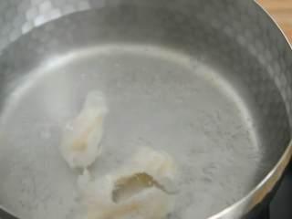 芦笋炒龙利鱼柳—清淡爽口,营养又美味,小火保持水微沸的状态滑入鱼柳,变色后捞出备用。