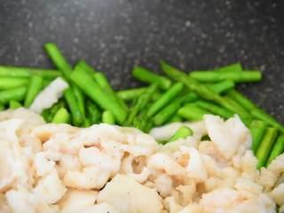 芦笋炒龙利鱼柳—清淡爽口,营养又美味,倒入鱼柳一起翻炒。