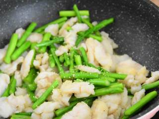 芦笋炒龙利鱼柳—清淡爽口,营养又美味,加入1勺鸡精,炒匀即可。