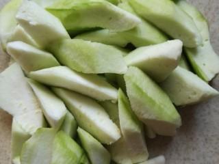 #菌菇#丝瓜炖豆腐,丝瓜去皮切滚刀 ‼️丝瓜去皮后舔一下 如果是苦的不能食用