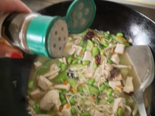 #菌菇#丝瓜炖豆腐,撒上胡椒粉 关火