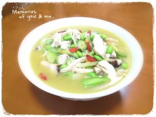 #菌菇#丝瓜炖豆腐,装盘,撒几颗枸杞点缀一下 菌菇很鲜,丝瓜也鲜,所以这道菜鲜美无比,连汤都不想放过😂😂😂