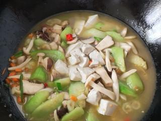 #菌菇#丝瓜炖豆腐,放入豆腐 加水,盖上锅盖大火烧开 小火焖三分钟左右
