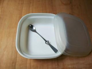 甜酒酿,同时准备一个保鲜盒,一个勺子都用开水烫两遍