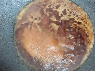 美味鸡腿,锅里倒干净油再放入水,酱油和沙茶酱搅拌煮开