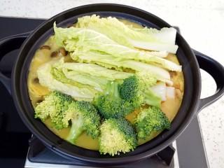 咖喱菌菇蔬菜火锅, 最后下入娃娃菜和西蓝花,全部煮熟就可以开吃啦!