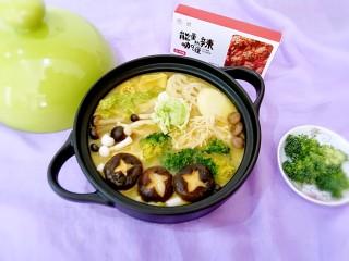 咖喱菌菇蔬菜火锅,安记能量热辣咖喱不怎么辣,小孩子可以接受的,和妞两个人连汤带菜吃的干干净净。