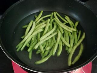 家常四季豆,做水烧开,加少许盐,再下四季豆