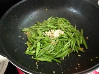 家常四季豆,出锅前加入剩余的蒜未即可