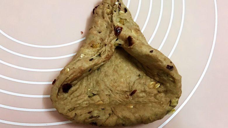 无糖低脂果干全麦面包,再把三个边卷起