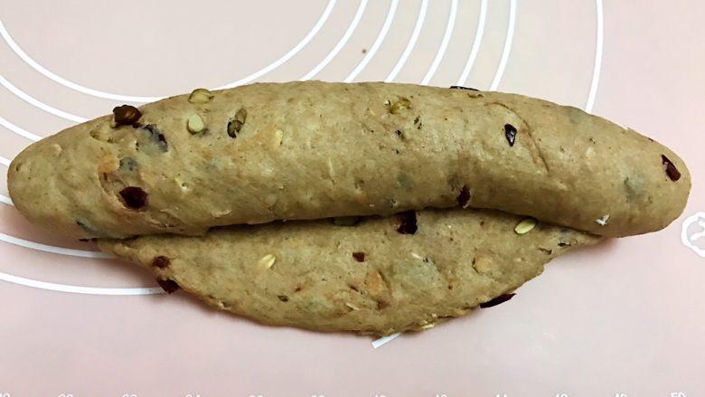 无糖低脂果干全麦面包,从上面往下卷起来后把收口捏紧