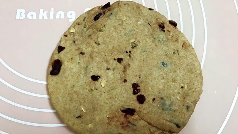 无糖低脂果干全麦面包,另外一份面团分成2份,取一份擀成圆形
