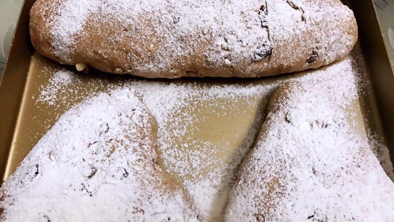 无糖低脂果干全麦面包,用小喷壶喷一下表面,再筛上高粉