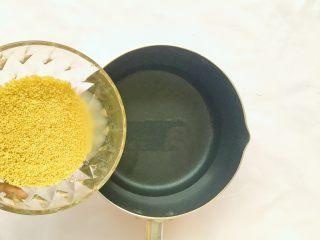 南瓜小米粥,将小米倒入锅中