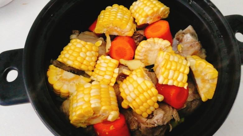 玉米胡萝卜筒骨汤,煲汤最好选用砂锅,把食材全部放入砂锅里。