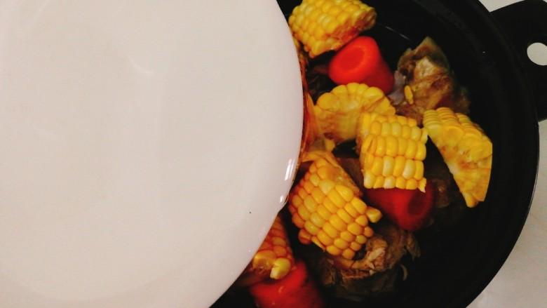 玉米胡萝卜筒骨汤,加入清水,水量可以根据用餐人数来决定。