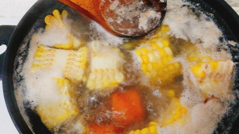 玉米胡萝卜筒骨汤,大火煮开后转小火,撇去浮沫。