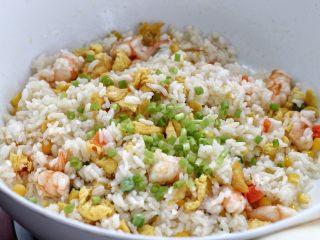 虾仁蛋炒饭,最后放入葱花翻炒均匀,盛出食用即可