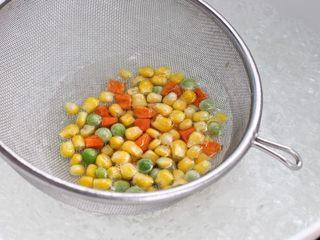 虾仁蛋炒饭,锅中烧开水,放入速冻蔬菜焯烫1-2分钟捞出备用。蔬菜最好用新鲜的,我是为了打扫剩下的食材,所以就图了个方便