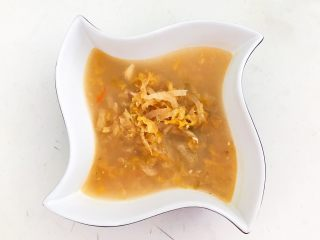 家常美味酸菜鱼,把煮好的酸菜汤盛到碗里