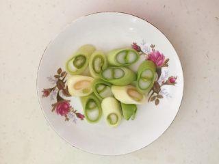 家常美味酸菜鱼,大葱切成葱花