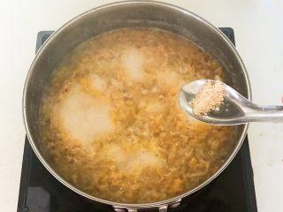 家常美味酸菜鱼,加入2克鸡粉