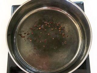 家常美味酸菜鱼,加入花椒粒,烧制大豆色拉油微微冒烟