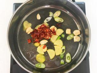 家常美味酸菜鱼,加入干红辣椒段