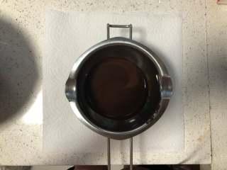 低油健康 味道浓郁的朗姆酒可可戚风蛋糕 高比克 GXT60制作,先找一个容器把过筛后的可可粉倒入,再用热开水冲进去,搅拌均匀,放一旁冷却备用。