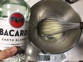 低油健康 味道浓郁的朗姆酒可可戚风蛋糕 高比克 GXT60制作,再倒入白朗姆酒充分乳化,倒入朗姆酒之后不如之前好乳化,所以需要更多耐心哦。