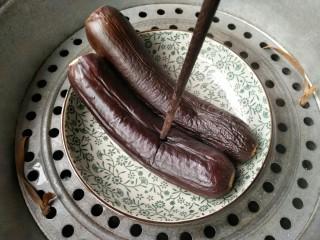 风味手撕茄子,茄子蒸好之后,用筷子捅一下,能轻易穿过去就行。