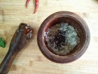 风味手撕茄子,蒜去蒂,放入蒜臼中捣成蒜泥。