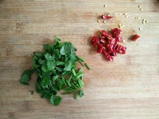 风味手撕茄子,香菜,干辣椒(鲜小米辣)洗净切小段备用。